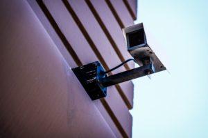 Une caméra de surveillance installée sur un bâtiment.