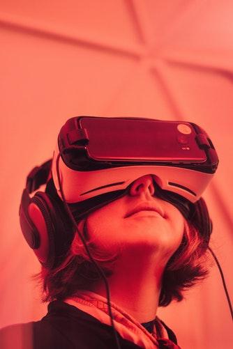Un adolescent portait un casque de réalité virtuelle