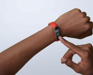 Xiaomi Mi Smart Band 4 au poignet d'un jeune homme de race noire