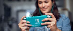 Une jeune femme manipulant une console Nintendo Switch.